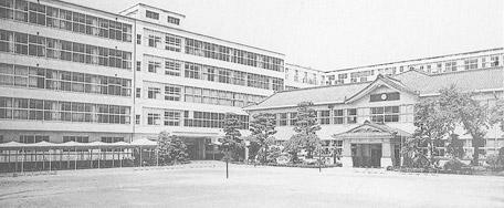 昭和53年:手前右側の校舎が創立当時の木造校舎
